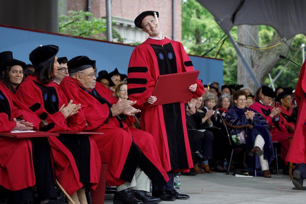 El creador de Facebook el día de su graduación de Harvard.