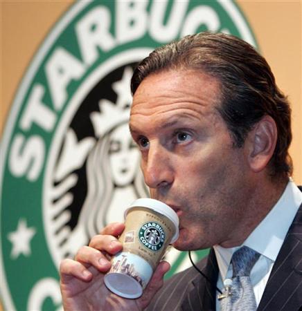 Howard Schultz, el hombre detrás de Starbucks. Bebiendo café de su marca