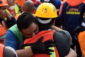 Mexico Un Abrazo En Medio de la Tragedia por Hyenuk Chu