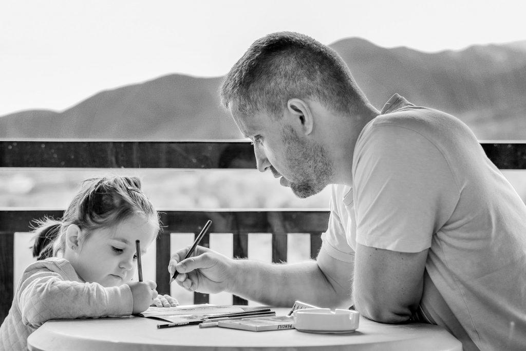 Las finanzas para niños se enseñan en casa.
