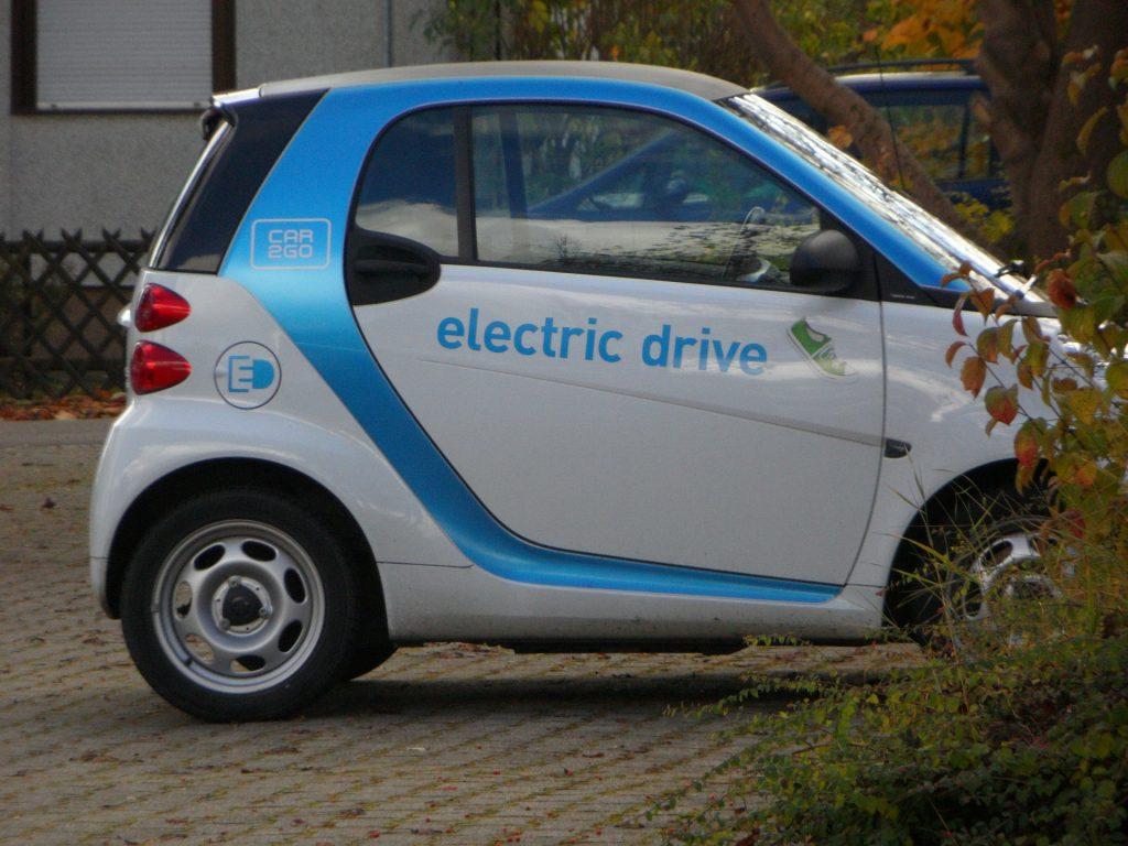 Los vehículos autónomos requieren la tecnología de los carros eléctricos.