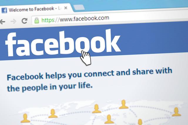 El dueño de Facebook es Mark Zuckerberg.