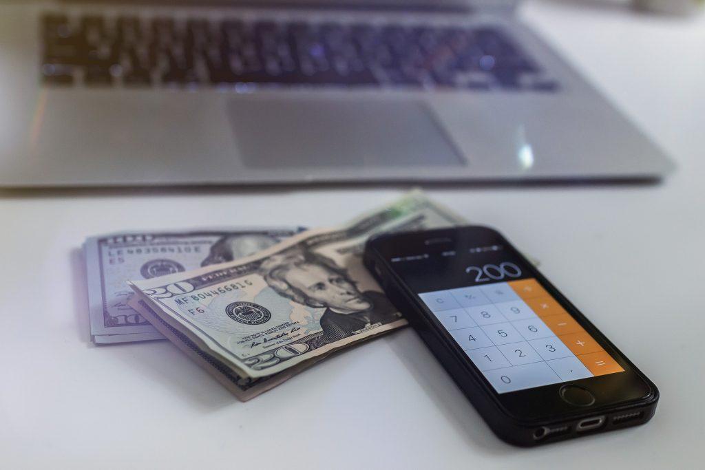 Los países deben hacer grandes inversiones para imprimir dinero.